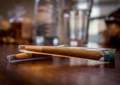 De joint met tabak zoals hij in Amsterdamse coffeeshops worden verkocht.
