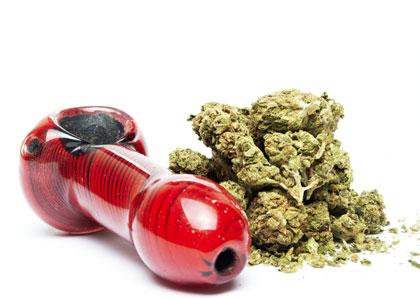Pure marijuana roken met een wietpijpje